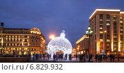 Купить «Новогодний шар на Манежной площади в Москве», эксклюзивное фото № 6829932, снято 22 декабря 2014 г. (c) Виктор Тараканов / Фотобанк Лори