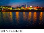 Москва-река вечером у киевского вокзала (2014 год). Редакционное фото, фотограф Александр Маркин / Фотобанк Лори