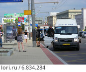 Купить «Посадка пассажиров в втолайн 818 маршрута на остановке. Кутузовский проспект, Москва», эксклюзивное фото № 6834284, снято 4 июля 2012 г. (c) lana1501 / Фотобанк Лори