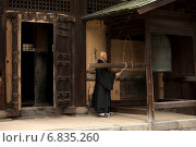 Монах, ударяющий в колокол. Камакура, Япония (2009 год). Редакционное фото, фотограф Игорь Чириков / Фотобанк Лори