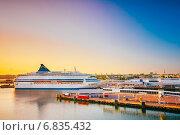 Купить «Современный паром на пирсе рано утром с красивым восходом солнца», фото № 6835432, снято 27 июля 2014 г. (c) g.bruev / Фотобанк Лори