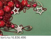 Красные новогодние шары на зеленом фоне. Стоковое фото, фотограф Елена Беззубцева / Фотобанк Лори