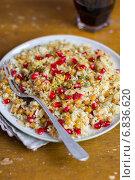 Купить «Теплый салат с кускусом и нутом, семенами граната, миндальными хлопьями, цедрой лимона и петрушкой в тарелке», фото № 6836620, снято 24 января 2013 г. (c) Анна Курзаева / Фотобанк Лори