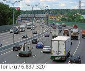 Купить «Плотное движени на МКАД в районе Гольяново», эксклюзивное фото № 6837320, снято 18 июля 2012 г. (c) lana1501 / Фотобанк Лори