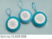Ёлочные игрушки из фетра с вышитыми снежинками. Стоковое фото, фотограф Dmitry29 / Фотобанк Лори