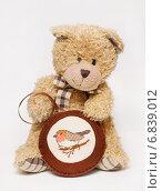 Игрушки. Медвежонок с елочным украшением из фетра (2014 год). Редакционное фото, фотограф Dmitry29 / Фотобанк Лори