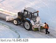 Купить «Трактор убирает снег на дороге, район Гольяново, Москва», эксклюзивное фото № 6845628, снято 26 декабря 2014 г. (c) lana1501 / Фотобанк Лори