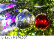 Купить «Серебристый и красный стеклянные елочные шары на еловой ветке», фото № 6846504, снято 26 апреля 2019 г. (c) Mikhail Starodubov / Фотобанк Лори