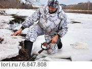 Купить «Охотник устанавливает ногозахватный капкан на бобра», фото № 6847808, снято 3 ноября 2014 г. (c) Павел Родимов / Фотобанк Лори