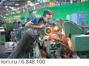 Купить «Инженер настраивает токарный станок в цехе завода», фото № 6848100, снято 7 сентября 2010 г. (c) Сергей Буторин / Фотобанк Лори