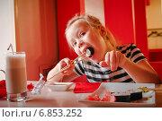 Купить «Девочка ест суши палочками», фото № 6853252, снято 11 октября 2014 г. (c) Хайрятдинов Ринат / Фотобанк Лори