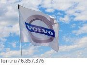 Фирменный логотип Volvo на флаге на фоне голубого неба. Редакционное фото, фотограф Mariya L / Фотобанк Лори