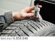 Купить «car wheel protector measurement», фото № 6858848, снято 27 декабря 2014 г. (c) Дмитрий Калиновский / Фотобанк Лори