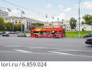Купить «Двухэтажный экскурсионный автобус на Боровицкой площади», эксклюзивное фото № 6859024, снято 26 августа 2014 г. (c) Алёшина Оксана / Фотобанк Лори