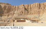 Купить «Туристы возле древнего храма Хатшепсут в Луксоре, Египет», видеоролик № 6859232, снято 25 декабря 2014 г. (c) Михаил Коханчиков / Фотобанк Лори