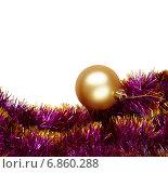 Новогодний фон: золотой шар и мишура на белом фоне изолировано. Стоковое фото, фотограф Mariya L / Фотобанк Лори