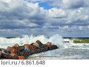 Купить «Штормовое Балтийское море и волнорез», фото № 6861648, снято 20 июля 2013 г. (c) Сергей Трофименко / Фотобанк Лори