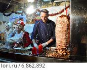 Купить «Уличное кафе на новогодней ярмарке на Тверском бульваре в Москве вечером», эксклюзивное фото № 6862892, снято 21 декабря 2014 г. (c) lana1501 / Фотобанк Лори