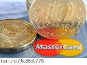 Купить «Банковские карты и монеты», эксклюзивное фото № 6863776, снято 3 января 2015 г. (c) Юрий Морозов / Фотобанк Лори