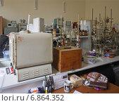 Купить «В химической лаборатории, рабочая обстановка», эксклюзивное фото № 6864352, снято 22 сентября 2014 г. (c) Татьяна Юни / Фотобанк Лори
