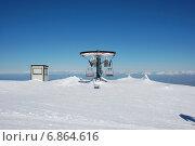 Кресельный подъемник на горнолыжном курорте на горе Олимпус, Тродос, Кипр в январе на фоне голубого неба (2012 год). Стоковое фото, фотограф Алтанова Елена / Фотобанк Лори