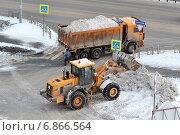 Купить «Уборка снега с помощью специального оборудования», фото № 6866564, снято 25 июня 2018 г. (c) Землянникова Вероника / Фотобанк Лори