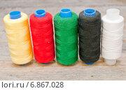 Купить «Разноцветные нитки на деревянном столе», фото № 6867028, снято 5 января 2015 г. (c) Мастепанов Павел / Фотобанк Лори