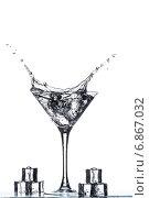 Купить «Всплеск в бокале для мартини», фото № 6867032, снято 1 января 2015 г. (c) Владимир Агапов / Фотобанк Лори