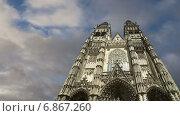 Купить «Готический собор Святого Гатьена, Франция», видеоролик № 6867260, снято 5 января 2015 г. (c) Владимир Журавлев / Фотобанк Лори
