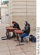 Купить «Игроки на цимбалах на улице Краковское Предместье в Варшаве, Польша», фото № 6867932, снято 18 октября 2014 г. (c) Иван Марчук / Фотобанк Лори