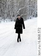 Купить «Женщина в черной шубе стоит в зимнем парке», фото № 6868572, снято 20 мая 2019 г. (c) Землянникова Вероника / Фотобанк Лори