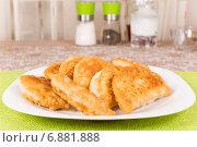 Чебуреки на белой тарелке. Стоковое фото, фотограф Сергей Колесников / Фотобанк Лори