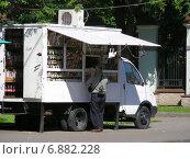 Купить «Покупатель у продуктового киоска на колесах в Сокольниках», эксклюзивное фото № 6882228, снято 19 июня 2010 г. (c) lana1501 / Фотобанк Лори