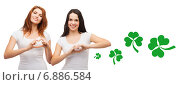 Купить «smiling girls showing heart gesture with shamrock», фото № 6886584, снято 27 ноября 2013 г. (c) Syda Productions / Фотобанк Лори