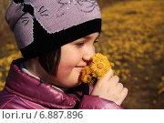 Девочка с цветами. Стоковое фото, фотограф Мельникова Надежда / Фотобанк Лори