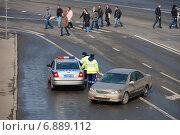 Купить «Работники ДПС на посту на Пречистенской набережной в Москве», эксклюзивное фото № 6889112, снято 3 апреля 2010 г. (c) lana1501 / Фотобанк Лори
