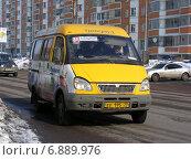 Купить «Маршрутка № 110 идет по дороге. Московская область, Балашиха», эксклюзивное фото № 6889976, снято 9 марта 2012 г. (c) lana1501 / Фотобанк Лори