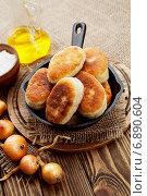 Купить «Пирожки в чугунной сковороде», фото № 6890604, снято 12 января 2015 г. (c) Надежда Мишкова / Фотобанк Лори