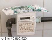 Купить «Газовый счетчик и рублевые купюры», фото № 6897620, снято 6 января 2015 г. (c) Геннадий Соловьев / Фотобанк Лори