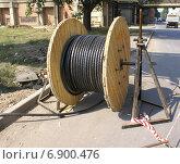 Купить «Прокладка высоковольтного кабеля», фото № 6900476, снято 28 августа 2013 г. (c) Харитонов Сергей / Фотобанк Лори