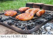 Купить «Приготовление аппетитных жареных колбасок на гриле», фото № 6901832, снято 14 августа 2018 г. (c) FotograFF / Фотобанк Лори