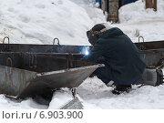 Купить «Сварщик за изготовлением железных конструкций», фото № 6903900, снято 16 января 2015 г. (c) Йомка / Фотобанк Лори
