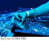 Купить «Dj играет трек», фото № 6904780, снято 16 сентября 2012 г. (c) Максим Блинков / Фотобанк Лори