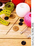 Швейная игла и другие принадлежности. Стоковое фото, фотограф Дмитрий Бодяев / Фотобанк Лори