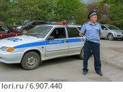 Сотрудник милиции и автомашина ДПС (2011 год). Редакционное фото, фотограф Сергей Горохов / Фотобанк Лори
