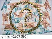 Купить «Знак вопроса и круг, выложенные из монет, на фоне денежных купюр», фото № 6907596, снято 16 января 2015 г. (c) Алексей Маринченко / Фотобанк Лори