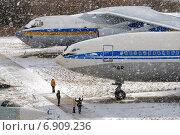 Посетители киевского музея авиации рассматривают самолеты во время снегопада (2006 год). Редакционное фото, фотограф Антон Довбуш / Фотобанк Лори
