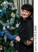 Купить «Красивая женщина-брюнетка стоит возле новогодней ёлки», эксклюзивное фото № 6913844, снято 2 января 2015 г. (c) Игорь Низов / Фотобанк Лори