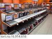 Ноутбвуки на витрине в магазине электроники (2012 год). Редакционное фото, фотограф Илья Пермяков / Фотобанк Лори