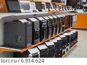 Системные блоки компьютеров выставлены на витрине магазина электроники и бытовой техники (2012 год). Редакционное фото, фотограф Илья Пермяков / Фотобанк Лори